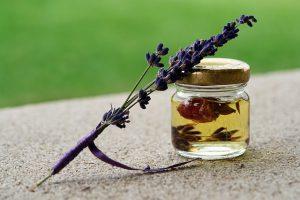 Ätherische Öle sind häufig Bestandteil beim Naturkosmetik selber machen.